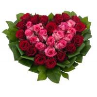 Сердце из красных и розовых роз